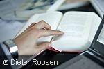 Fingerzeig auf eine Stelle in einem Buch