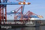 Frachtschiff im Containerhafen