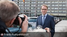 Jens Weidmann in front of photographers